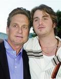 """<p>Актер Майкл Дуглас и его сын Кэмерон на премьере фильма """"Семейные ценности"""" в Лос-Анджелесе, штат Калифорния, 7 апреля 2003 года. Сын актера Майкла Дугласа в среду признал в суде Нью-Йорка, что он хранил героин и продавал метамфетамины и кокаин в больших количествах в своей комнате в отеле. REUTERS/Fred Prouser/Files</p>"""