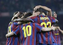 """<p>Игроки испанской """"Барселоны"""" радуются голу во время матча против """"Севильи"""", Барселона 16 января 2010 года. Barcelona's Прибыль испанской """"Барселоны"""" выросла на 19,7 процента во втором полугодии 2009 года, сообщил клуб в четверг на своем сайте (www.fcbarcelona.com). REUTERS/Gustau Nacarino</p>"""