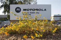 <p>Motorola a dégagé un léger bénéfice trimestriel, alors que le groupe était déficitaire un an auparavant, mais le chiffre d'affaires est ressorti en dessous des attentes du marché. /Photo d'archives/REUTERS/Joshua Lott</p>