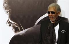 """<p>El actor estadounidense Morgan Freeman posa en el estreno del filme de Clint Eastwood """"Invictus"""" en Madrid, 27 ene 2010. El actor Morgan Freeman alabó el jueves a Clint Eastwood, director de la película """"Invictus"""", en la que interpreta a Nelson Mandela, y aseguró que """"es el mejor director que existe"""". """"Probablemente sea la última vez que trabajo con él, porque no puedo aguantarlo"""", bromeó Freeman en una rueda de prensa en Madrid para presentar la película. """"Es demasiado eficiente, trabaja demasiado rápido, su visión es demasiado clara y es demasiado perfecto para mí"""", agregó. REUTERS/Juan Medina</p>"""