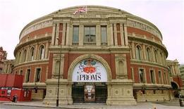 """<p>Los planes para llevar nuevamente el boxeo y la lucha libre al Albert Hall de Londres, localizado en una de las áreas más exclusivas de la capital inglesa, escandalizaron a sus residentes. Tan preocupados están los habitantes de la zona ante la perspectiva de que los seguidores del boxeo lleguen al lugar en South Kensington, donde usualmente se realizan conciertos, que presentaron una acción en la Suprema Corte para frenar los planes del consejo local. El jueves, los residentes dijeron a un juez que están preocupados de que ambos deportes atraigan """"elementos antisociales"""" y que aumente el ruido en la zona, informó la Asociación de Prensa. REUTERS/ARCHIVO</p>"""
