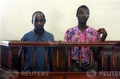<p>4 gennaio 2010. Steven Monjeza e Tiwonge Chimbalanga al tribunale di Blantyre. REUTERS/Eldson Chagara</p>