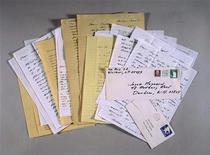 """<p>Фотографии писем писателя Джерома Дэвида Сэлинджера женщине, с которой у писателя был 25-летний эпистолярный роман, на аукционе Sotheby's в Нью-Йорке 22 июня 1999 года. Американский писатель Джером Дэвид Сэлинджер, автор всемирно известного романа """"Над пропастью во ржи"""", умер в среду на 92-м году жизни. REUTERS/STR New</p>"""