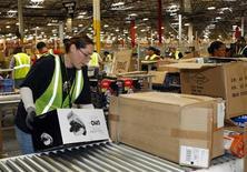 <p>Entrepôt d'Amazon. Le distributeur en ligne a publié un résultat trimestriel pour la période de Noël et une prévision de chiffre d'affaires pour le début 2010 supérieurs aux attentes de Wall Street. /Photo prise le 16 novembre 2009/REUTERS/Rick Scuteri</p>