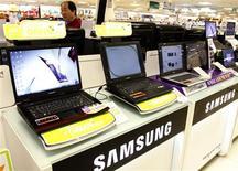 <p>Samsung Electronics fait état d'un bénéfice opérationnel du quatrième trimestre supérieur aux attentes, grâce à un rebond des prix des semi-conducteurs et à une forte reprise de la demande pour les télévisions et les téléphones portables. /Photo d'archives/REUTERS/Lee Jae-Won</p>