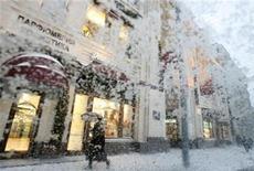 <p>Женщина проходит мимо бутика в центре Москвы во время сильного снегопада 21 декабря 2009 года. В выходные в Москве значительно потеплеет, а в понедельник столбик термометра подимется до минус 1 градуса, обещают синоптики. REUTERS/Sergei Karpukhin</p>