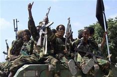 """<p>Боевики силамистской группировки """"аль-Шабааб"""" проводят парад на улицах Могадишо 1 января 2010 года. Не менее 12 человек погибли в столице Сомали в продолжающихся с вечера четверга столкновениях между боевиками-исламистами и правительственными войсками, которых поддерживают миротворцы Африканского союза, сообщают очевидцы. REUTERS/Feisal Omar</p>"""