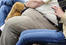 """<p>¿Deben las aerolíneas cobrar sobrepeso a los pasajeros si necesitan un asiento adicional? Sí, según tres cuartos de los viajeros consultados en un sondeo. Un sondeo del sitio de viajes en internet Skyscanner (www.skyscanner.net) descubrió que un 76 por ciento de las personas cree que las aerolíneas debería cobrar un """"impuesto a la obesidad"""". Sólo un 22 por ciento de las 550 personas consultadas desaprobó la creación de un pago extra para los pasajeros con sobrepeso. La encuesta fue realizada luego de un acalorado debate que comenzó después de que se dio a conocer un reporte erróneo anteriormente este mes respecto a que Air France planeaba realizar un cobro adicional a los pasajeros que no entren en un asiento normal. REUTERS/Toby Melville/Archivo</p>"""
