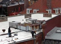 <p>Рабочие красят в белый цвет крышу одного из домов в Вашингтоне 28 января 2010 года. Покрасив крыши домов во всем мире в белый, можно значительно понизить температуру в городах и возможно даже уменьшить влияние глобального потепления, говорится в исследовании Американского государственного центра климатических исследований, опубликованном в четверг. REUTERS/Maria Jose-Vinas/American Geophysical Union/Handout</p>