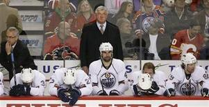 <p>Edmonton Oilers coach Pat Quinn (C) and his players react to losing to the Calgary Flames near the end of the third period of their NHL game in Calgary, December 31, 2009. REUTERS/Todd Korol</p>