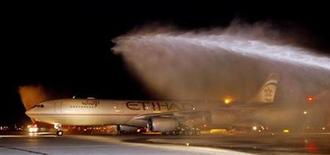 <p>Etihad Airways Flight EY503 is welcomed with spraying water as the flight arrives at John F. Kennedy Airport in New York October 26, 2006. REUTERS/Etihad Airways/Ray Stubblebine/HO</p>
