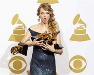 """<p>Тэйлор Свифт уронила одну из четырех статуэток """"Грэмии"""", полученных на 52 ежегодной церемонии вручения музыкальной премии Американской академии звукозаписи. 31 января 2010 года. Молодая звезда поп-кантри Тэйлор Свифт, покорившая сердца слушателей своими балладами о подростковой любви, стала в воскресенье самой молодой лауреаткой премии """"Грэмми"""", победив в четырех номинациях, включая """"Альбом года"""". REUTERS/Lucy Nicholson</p>"""