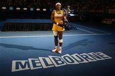 <p>Серена Уильямс позирует с трофеем открытого чемпионата Австралии, проходившего в Мельбурне, 30 января 2010 года. Ассоциация женского тенниса (WTA) опубликовала в понедельник новый рейтинг лучших теннисисток планеты. REUTERS/Daniel Munoz</p>