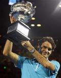 <p>Роджер Федерер держит награду за победу в открытом чемпионате Австралии, проходившем в Мельбурне, 31 января 2010 года. Ассоциация теннисистов-профессионалов (ATP) опубликовала в понедельник новый рейтинг лучших игроков планеты Entry System. REUTERS/Tim Wimborne</p>