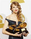 <p>Taylor Swift segura seus quatro prêmios Grammy durante a 52a premiação dos Grammys em Los Angeles. A estrela country-pop tornou-se a mais jovem artista a receber o cobiçado prêmio Grammy de melhor disco do ano. REUTERS/Lucy Nicholson 31/01/2010</p>