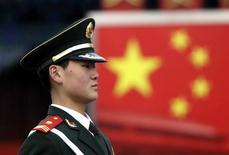 <p>Un policía paramilitar ensaya durante una sesión de entrenamiento en Pekín, 1 feb 2010. Los enfurecidos internautas chinos se están desahogando contra Estados Unidos después de que el Gobierno de Obama propusiera su primera venta de armas a Taiwán, y algunos incluso piden un boicot de los productos estadounidenses o incluso acciones militares. REUTERS/Jason Lee</p>