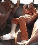 <p>Раненый в результате взрыва мужчина едет из одного из госпиталей Багдада 1 февраля 2010 года. По меньшей мере 41 шиитский паломник погиб в понедельник на окраине Багдада после того, как смертница привела в действие взрывное устройство, сообщает министерство внутренних дел страны. REUTERS/Mohammed Ameen</p>