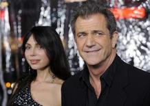 """<p>El actor Mel Gibson y su novia Oksana Grigorieva en el estreno del filme """"Edge of Darkness"""" en Los Angeles, 26 ene 2010. Para Mel Gibson, que actuó y dirigió grandes producciones de Hollywood, las historias pequeñas se han convertido en una necesidad para la supervivencia del cine, que debe aprender a prescindir en parte de las nuevas tecnologías digitales. """"Tenemos que aprender a ser más creativos y sin todas las ventajas de las que hemos disfrutado"""", afirmó el actor durante la rueda de prensa de presentación en Madrid de la película """"Edge of Darkness"""", donde vuelve a la actuación después de ocho años. """"La industria del cine ha cambiado rápidamente y para sobrevivir hay que encontrar películas que cuentan una buena historia, que cuenten cosas pequeñas"""", sostuvo. """"No solamente me parece algo deseable, sino que se ha convertido en una necesidad"""", agregó. REUTERS/Phil McCarten</p>"""