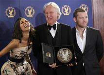 """<p>Diretor de """"Avatar"""", James Cameron, ao lado dos atores Zoe Saldana (esq.) e Sam Worthington (dir.) durante premiação em Los Angeles em janeiro de 2010. Avatar ultrapassa US$2 bi nas bilheterias. REUTERS/Danny Moloshok</p>"""