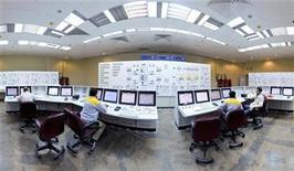 <p>Russian (L and R) and Iranian operators monitor the nuclear power plant unit in Bushehr, about 1,215 km (755 miles) south of Tehran, November 30, 2009. REUTERS/ISNA/Mehdi Ghasemi</p>