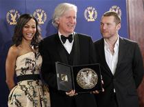 """<p>Il regista James Cameron con due dei protagonisti di """"Avatar"""". REUTERS/Danny Moloshok</p>"""