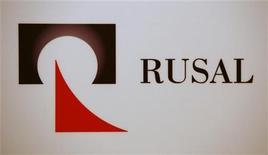 <p>Логотип компании Русал на двери во время пресс-конференции в Гонконге 11 января 2010 года. Один человек погиб во вторник в результате пожара в одном из цехов завода СУАЛ-ПМ, входящего в состав компании Русал и выпускающего порошки и сплавы из алюминия, сообщила компания. REUTERS/Bobby Yip</p>