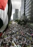 <p>Тысячи индонезийских мусульман вышли на улицы Джакарты, чтобы выразить недовольство политикой Израиля 2 января 2009 года. Устав от митингов, которые каждый раз парализуют дорожное движение, администрация Джакарты решила построить специальный парк, чтобы убрать демонстрантов подальше от общественных магистралей. REUTERS/Dadang Tri</p>