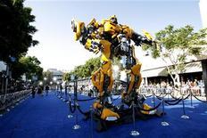 """<p>Foto arquivo mostra estreia do filme """"Transformers: A Vingança dos Derrotados"""""""" no cinema Mann's Village em Los Angeles. Junto com o fiasco """"A Terra Perdida"""", com Will Ferrell, o filme dominou na segunda-feira as indicações aos troféus anuais Razzies, uma irreverente """"homenagem"""" aos piores filmes de cada ano. REUTERS/Mario Anzuoni 27/06/2007</p>"""