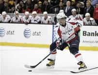 """<p>Нападающий """"Вашингтона"""" Александр Овечкин с шайбой во время матча против """"Бостона"""" в Бостоне, штат Массачусетс, 2 февраля 2010 года. """"Вашингтон"""" установил новый клубный рекорд в регулярном чемпионате Национальной хоккейной лиги, выиграв 11-й матч подряд - на сей раз со счетом 4-1 был повержен """"Бостон"""". REUTERS/Adam Hunger</p>"""