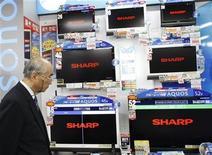 <p>La japonesa Sharp reportó ganancias trimestrales menores a las esperadas por el mercado por los costos iniciales de su nueva planta de pantallas, pero dio pronósticos que elevaron las esperanzas de una recuperación en las utilidades. Sharp, el cuarto mayor fabricante de televisores de cristal líquido LCD y un gran proveedor de paneles de pantalla para otros productores de televisores, puso en marcha su avanzada fábrica de LCD en octubre. REUTERS/Kim Kyung-Hoon</p>