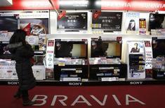 <p>Alcuni lcd di Sony in un negozio di elettronica a Tokyo. REUTERS/Yuriko Nakao</p>