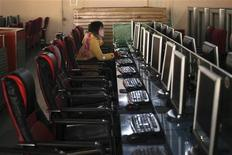 <p>Una donna usa il computer in un internet cafe REUTERS/Nir Elias</p>