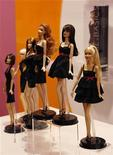 <p>Una serie di Barbie in mostra. REUTERS/Bobby Yip</p>