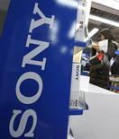 <p>Mulher olha produtos da Sony Corp em loja de eletrônicos em Tóquio no dia 4 de fevereiro. Resultados da Sony ofereceram nesta quinta-feira prova de que a reestruturação da companhia está começando a gerar frutos. REUTERS/Yuriko Nakao 04/02/2010</p>