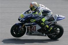 <p>O italiano Valentino Rossi da Yamaha na MotoGP testa sua moto no teste da pré-temporada de 2010 no circuito Sepang, próximo a Kuala Lumpur. O campeão mundial da MotoGP disse que a adoção de motores mais poderosos em 2012 pode convencê-lo a permanecer na categoria. REUTERS/Bazuki Muhammad 04/02/2010</p>