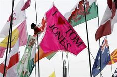 <p>Imagen de archivo del Festival de Glastonbury 2009, 28 jun 2009. Los organizadores del Festival de Glastonbury, el evento de arte y música al aire libre más grande del mundo, lanzaron un sondeo el jueves para investigar si las banderas frente al escenario principal deberían ser prohibidas para la celebración de este año. REUTERS/Luke MacGregor</p>