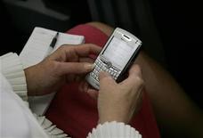 <p>Una utente usa il Blackberry per preparare un messaggi da mandare su un blog. REUTERS/Jason Reed</p>