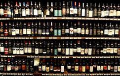 <p>Bottiglie di Brunello di Montalcino in un negozio in Toscana REUTERS/Max Rossi/Files</p>