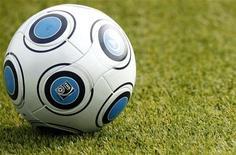 <p>Футбольный мяч на стадионе в Майнце 7 октября 2009 года. Россия и Хорватия, пропускающие чемпионат мира 2010 года в ЮАР, попали в число сеяных команд для жеребьевки отборочного этапа чемпионата Европы 2012 года, которая в воскресенье пройдет в столице Польши. REUTERS/Johannes Eisele</p>