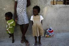 <p>Дети ждут выдачи питья и воды, производимой америкаскими солдатами и бразильскими войсками ООН в Порт-о-Пренс, 24 января 2010 года. Американские миссионеры предстанут перед судом по обвинению в попытке нелегального вывоза детей из Гаити, объявил зампрокурора Гаити Джин Фердж Джозеф. REUTERS/Ana-Bianca Marin</p>