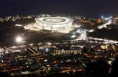 <p>O estádio Green Point é iluminado enquanto são realizados testes de iluminação. Os árbitros e auxiliares que participarão da Copa do Mundo da África do Sul serão escolhidos pela Fifa na sexta-feira ao final de um processo de seleção que dura mais de dois anos. (Foto Arquivo) 27/10/2009 REUTERS/Mike Hutchings</p>