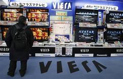 <p>Un hombre mira televisores de Panasonic Corp en una tienda en Tokio. 5 feb 2010. La firma japonesa Panasonic Corp informó más que una triplicación de sus ganancias del tercer trimestre al máximo en cinco períodos gracias a que recortó costos y disfrutó robustas ventas de televisores. REUTERS/Yuriko Nakao (JAPAN - Tags: BUSINESS EMPLOYMENT)</p>