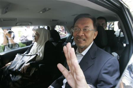 Malaysia's opposition leader Anwar Ibrahim gestures to his supporters as he leaves the Desa Damansara Condominium where the alleged sodomy between him and his former aide took place, in Kuala Lumpur February 4, 2010. REUTERS/Bazuki Muhammad