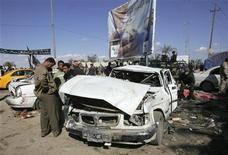 <p>Жители города Кербела стоят на месте взрыва автомобилей, произошедшего в пятницу, 5 февраля 2010 года. По меньшей мере 20 человек погибли и 75 получили ранения в результате взрыва двух машин в священном для мусульман иракском городе Кербела в пятницу, сообщили источники в больницах города. REUTERS/Mushtaq Muhammed</p>