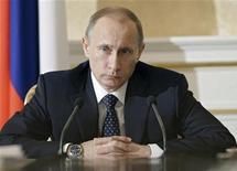 <p>Премьер-министр России Владимир Путин на совещании в Москве 4 февраля 2010 года. Российские власти начали 2010 год с правки бюджета ради того, чтобы угодить ветеранам: расходы и без того дефицитного бюджета планируется увеличить, чтобы выполнить недавнее обещание премьер-министра Владимира Путина. REUTERS/Ria Novosti/Alexei Druzhinin/Pool</p>