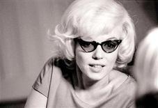 <p>A atriz Marilyn Monroe é mostrada em foto de 1961 tirada em Nova York. Fotos de Marilyn Monroe aparentando descontração em um apartamento de Nova York, nove meses antes de sua morte, foram mostradas ao público na sexta-feira, depois de passarem mais de 45 anos em um arquivo particular.05/02/2010.REUTERS/Len Steckler/Handout</p>