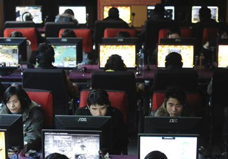 People use computers at an internet cafe in Wuhan, Hubei province, January 23, 2010. REUTERS/Stringer