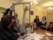 <p>Сотрудники избиркома подсчитывают голоса на избирательном участке в Киеве 7 февраля 2010 года. Украина в воскресенье выбрала президента на смену Виктору Ющенко. Опросы на выходе из избирательных участков отдают победу Виктору Януковичу, но с минимальным отрывом в пределах статистической погрешности, подогревая надежду в штабе Юлии Тимошенко. Ниже следуют первая реакция штабов и экспертов на результаты exit poll. REUTERS/Julia Darashkevich</p>