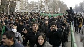 <p>Сторонники иранской оппозиции на демонстрации в Тегеране 27 декабря 2009 года. Власти Ирана сообщили о задержании семерых человек, причастных к организации массовых беспорядков после прошлогодних президентских выборов, в том числе нескольких граждан, нанятых Центральным разведывательным управлением США. REUTERS/Stringer</p>