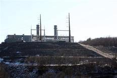 <p>Пожарные расчищают завалы после взрыва на электростанции в городе Мидлтаун, штат Коннектикут, США, 7 февраля 2010 года. Как минимум пять человек погибли и 12 получили ранения в результате взрыва на строящейся электростанции в городе Мидлтаун в штате Коннектикут, сообщил мэр города. REUTERS/Michelle McLoughlin</p>